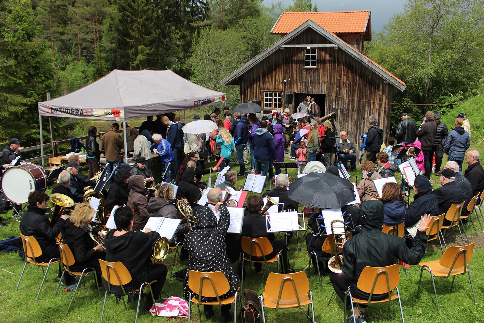 Kulturminnefondet oppfordrer sine tilskuddsmottakere til å være med å markere årets dager. Bildet er fra en annen anledning ved Slora Mølle i Sørum. (Foto: Norsk kulturminnefond)